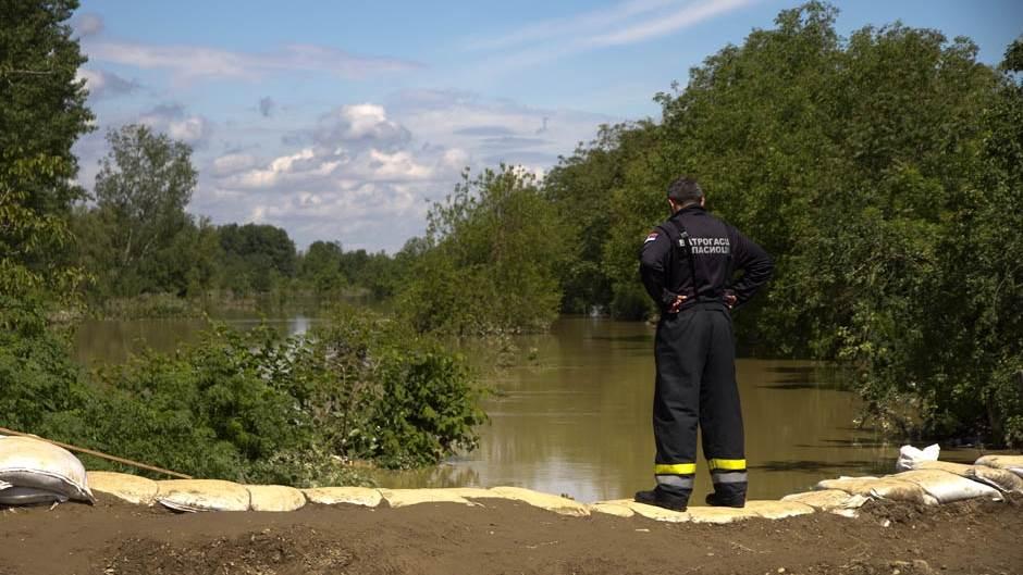 tata spasi me vatrogasci spasioci poplave.jpg