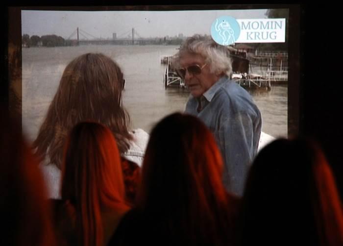 Prikazan je video-zapis samog Kapora koji je nastao na istom mestu 1993.
