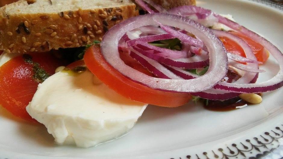 hrana, salata, mocarela, luk