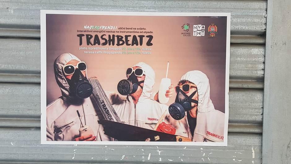 Momci koji sviraju na instrumentima sa otpada