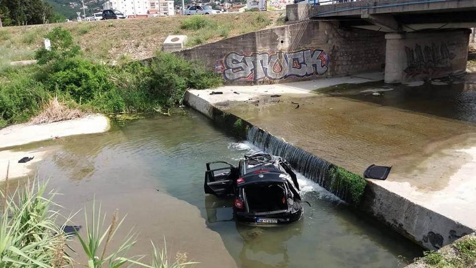 Golfom sletjeli u rijeku! (VIDEO, FOTO)