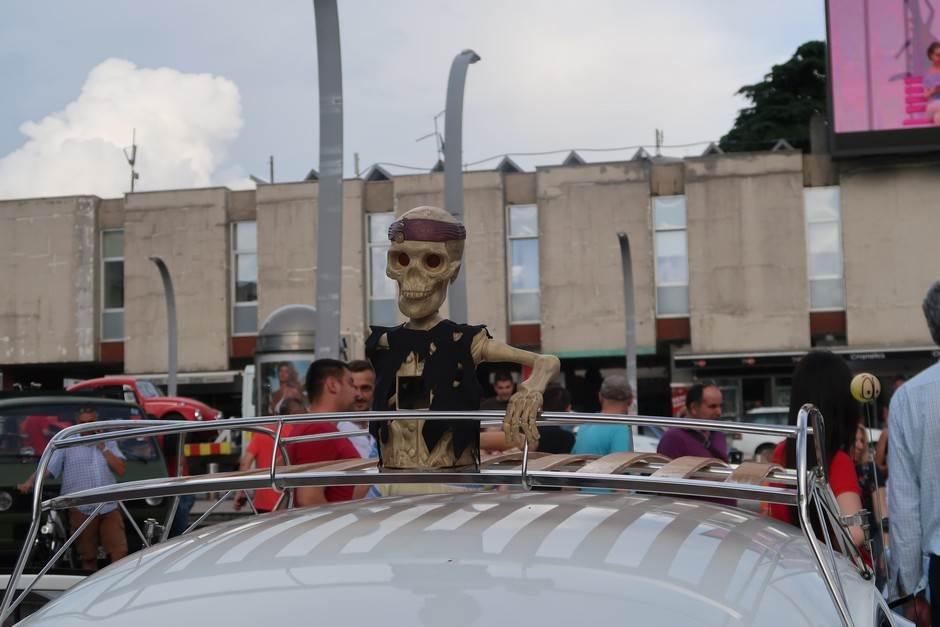 "Najezda ""buba"" na Trgu nezavisnosti! (FOTO)"