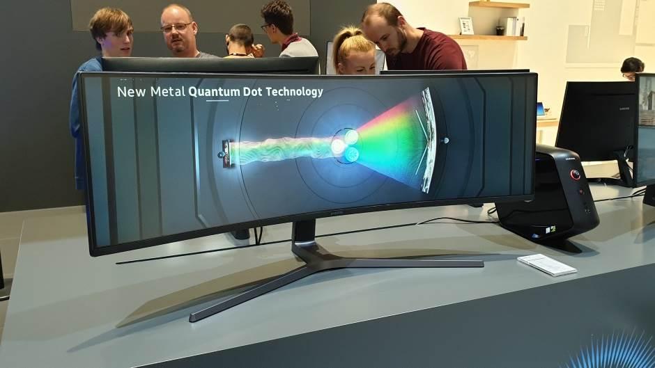 Zakrivljeni monitori za igre i film razumnih cena
