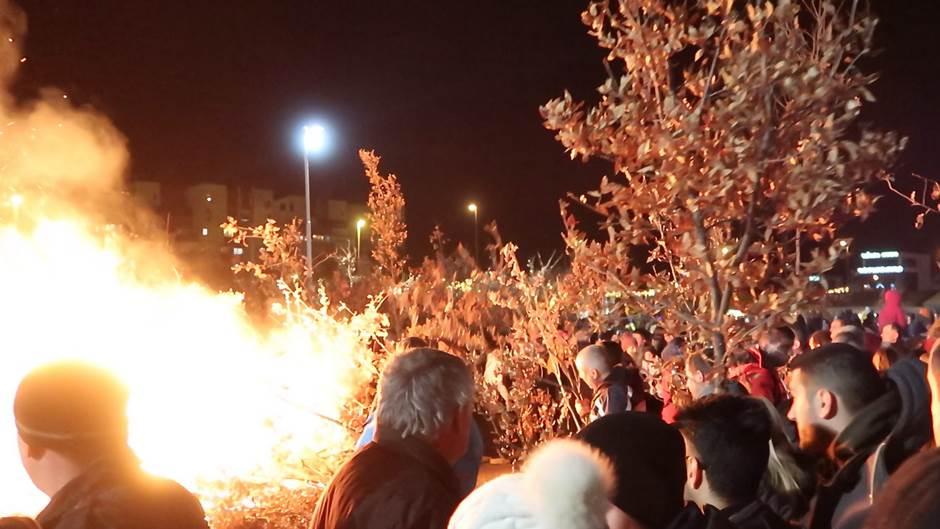 Podgorica:Vjernici nalagali badnjake ispred hrama VIDEO
