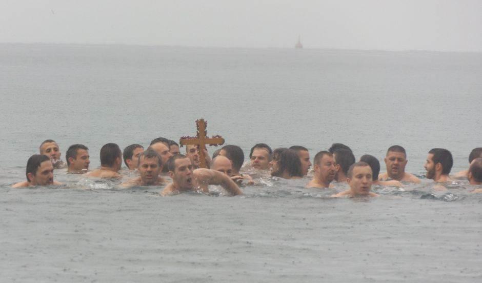 Pekić prvi do krsta u Baru, plivao i trogodišnji Pavle!