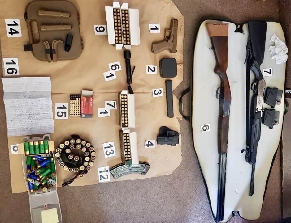 U Podgorici i Budvi pronađeno oružje i zelenaški spisak