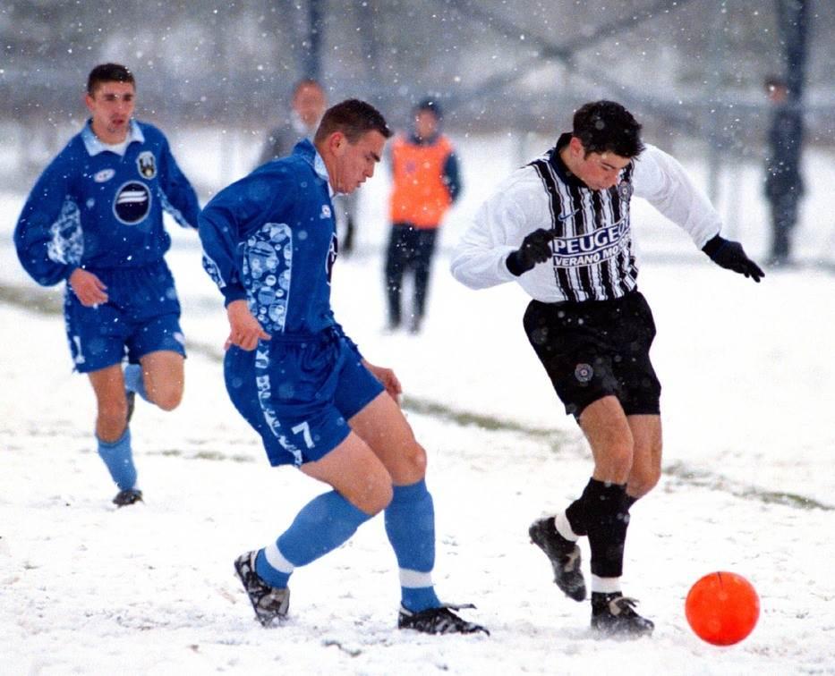 Miloš Drobnjak u dresu Milicionara protiv Mateje Kežmana (Partizan) novembra 1998. godine. U pozadini je Milivoje Ćirković (tada igrač Milicionara)