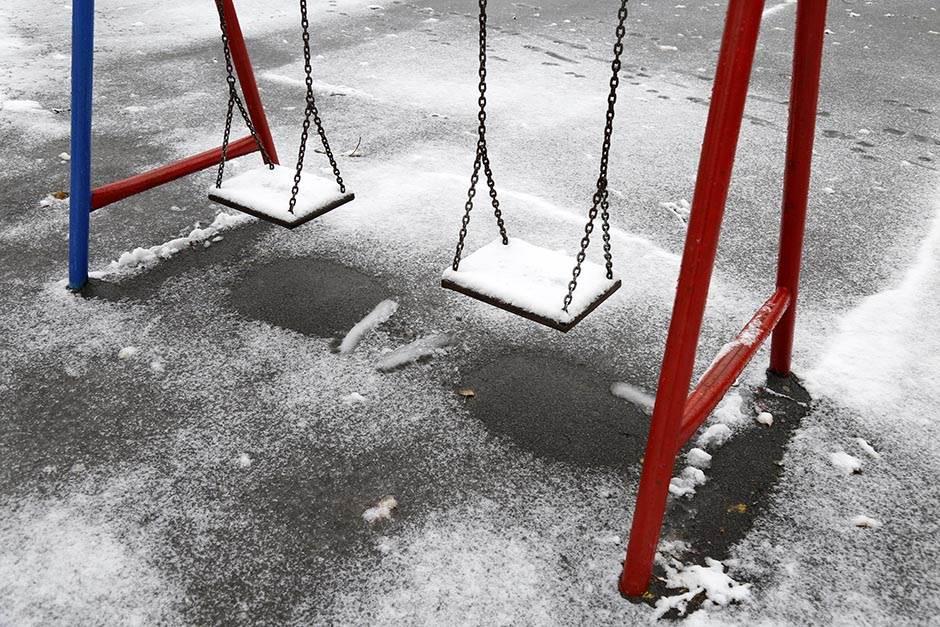 sneg, prvi sneg park prakovi ljujaška ljuljaške deca igranje igralište