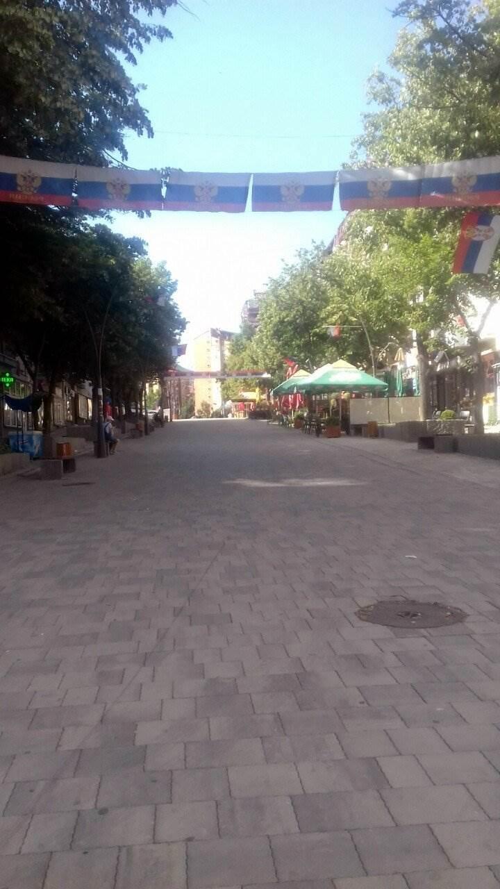 Kosovo: Prazni rafovi i ulice, katanci na apotekama