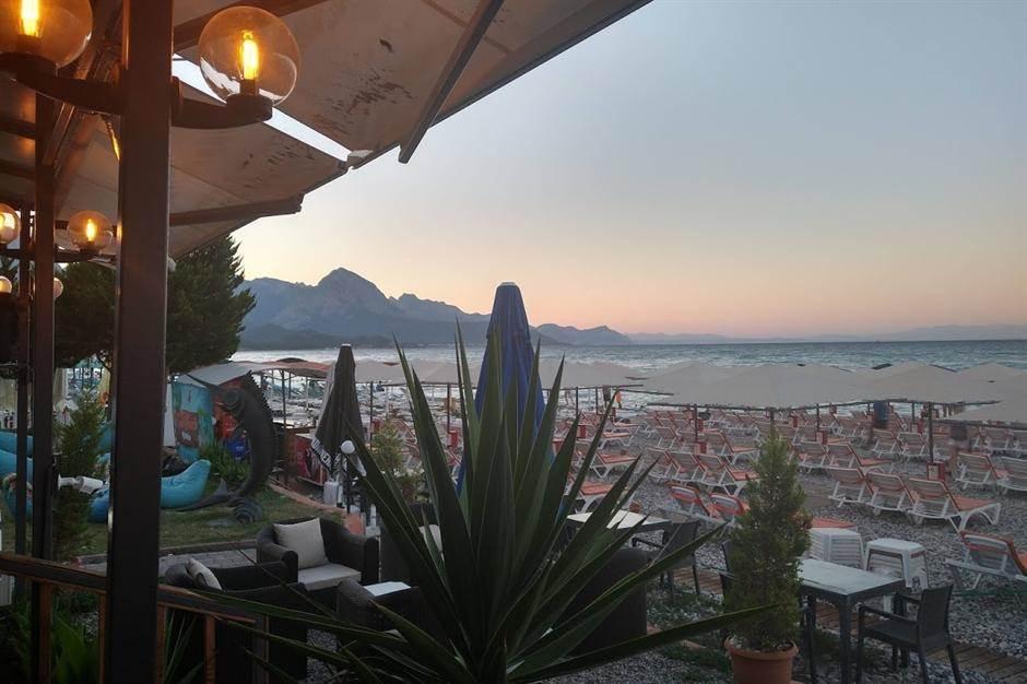 plaža, more, ležaljke, kafić