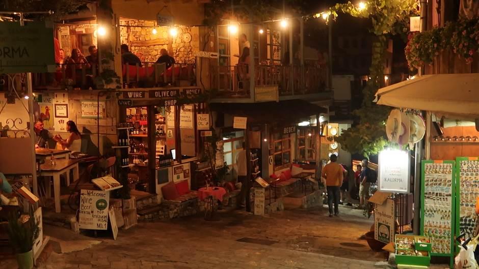Evo kako noću žive novi i stari Bar! (VIDEO)