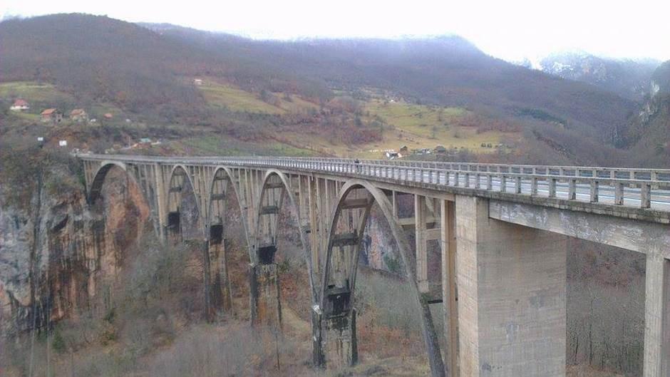 Zarad fotografije visio sa mosta na Tari!