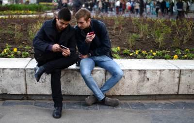 ljudi gledaju u mobilni, ekran, smartfon, mobilni,
