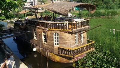 Virpazar brod jezero turisti