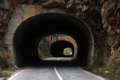 Kanjon Pive, Pivsko Jezero, reka piva, crna gora, prirodne lepote, pejzaž, jesen, lišće, tunel, tuneli, put, asfalt,